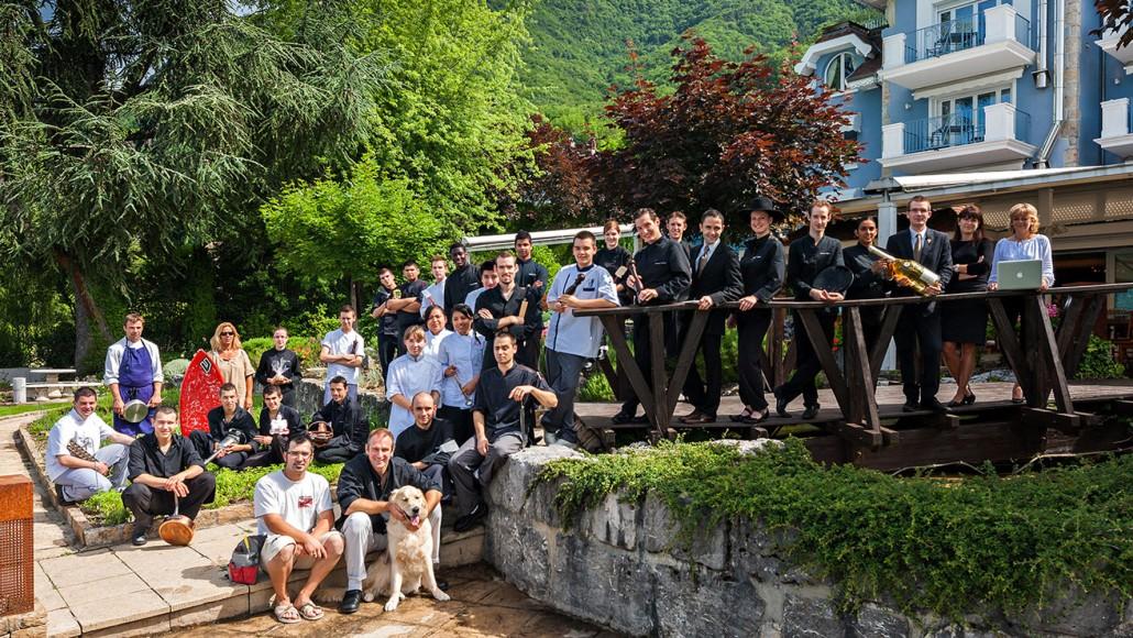 Photo d'équipe à la Maison Bleue de Yoann Conte