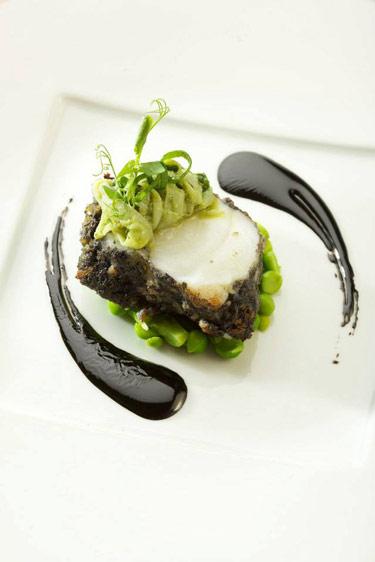 Médaillon de lotte, petits pois frais et encre de seiche (c) Auberge du Cheval Blanc