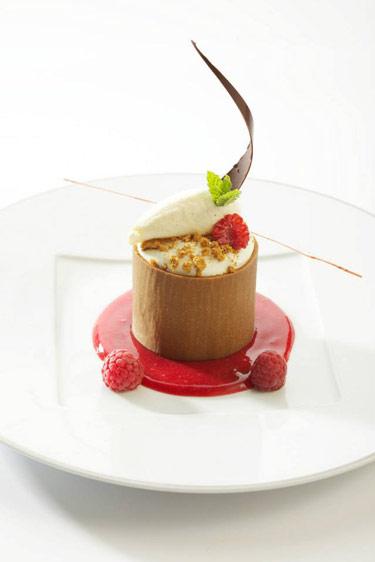 Mousse et coulis de Framboise, Tour de Spéculoos, crème glacée verveine (c) Auberge du Cheval Blanc