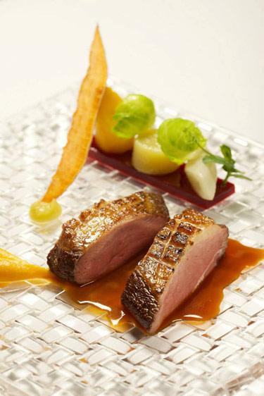 Magret de canard rôti aux légumes oubliés (c) Auberge du Cheval Blanc