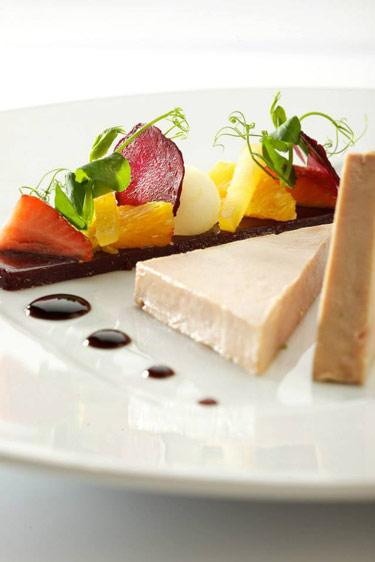 Traditionnel foie gras d'oie Cheval Blanc, gelée dans l'esprit d'une sangria (c) Auberge du Cheval Blanc