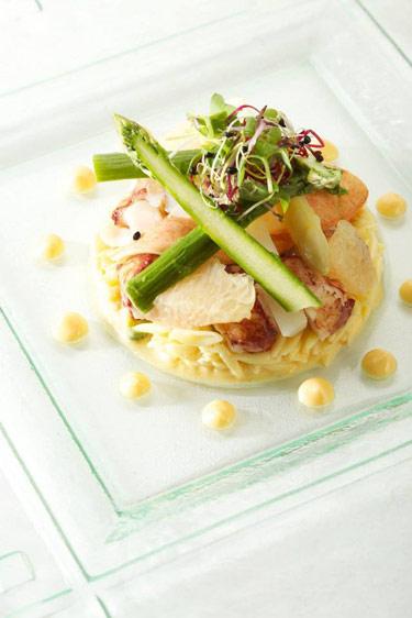 Salade de homard, pâtes oiseaux aux herbes thaï (c) Auberge du Cheval Blanc
